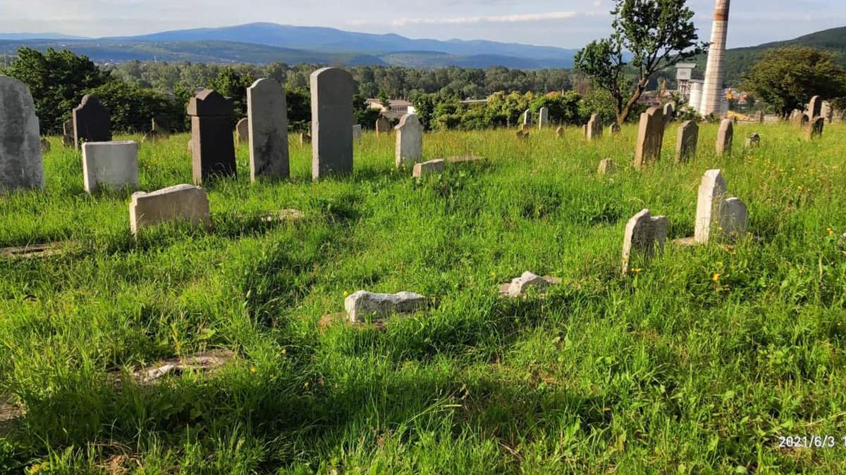 В Ужгороді вандали розгромили надгробки на єврейському кладовищі, фото