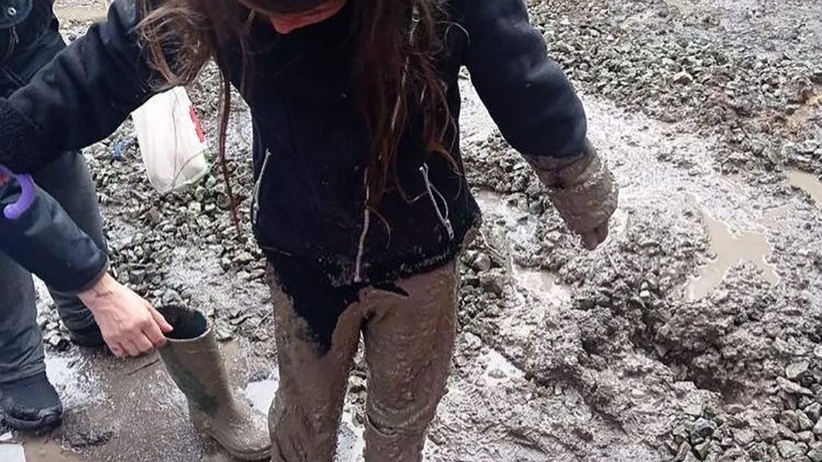 В Кривом Роге девочка упала в яму и ее засосала трясина: фото, видео