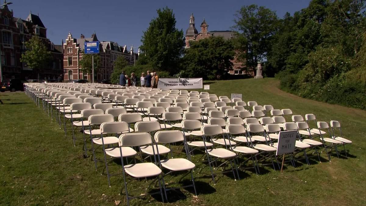 298 стульев: акция перед посольством России в Гааге из-за MH17