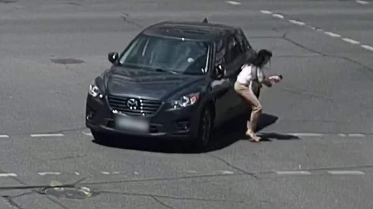 У Києві водійка наїхала на жінку та втекла з місця ДТП: відео