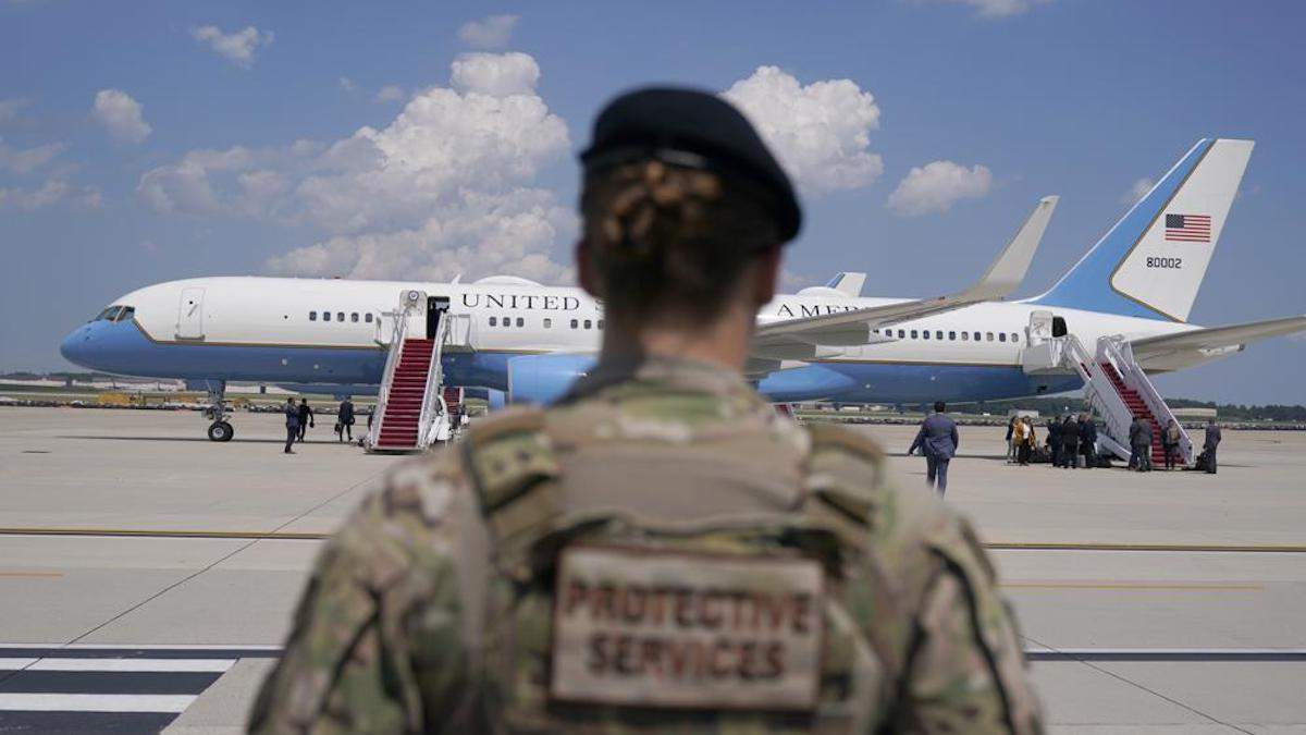 Самолет вице-президента США экстренно вернулся на военную базу