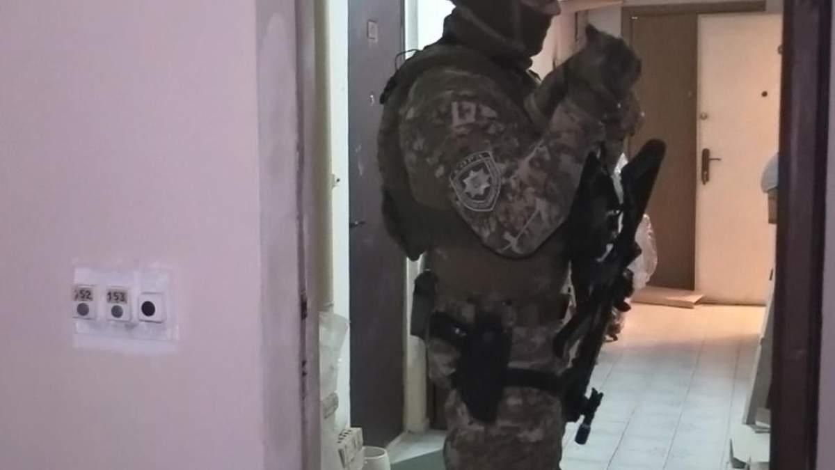 В Киеве мужчина пробрался в квартиру и взял в заложницы женщину: фото