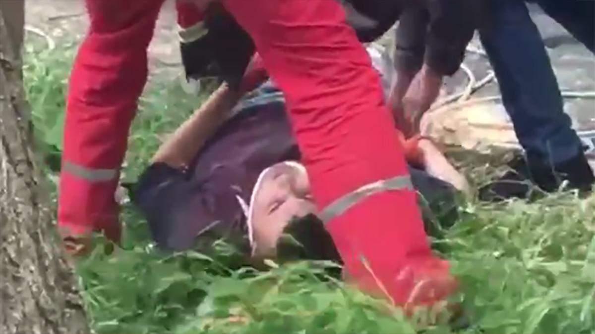 В Одесі працівник впав зі стіни багатоповерхівки: відео