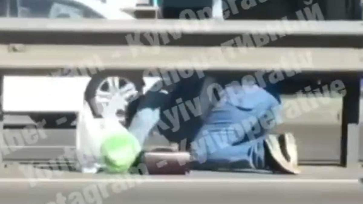 Лізла на колінах:  у Києві жінка перетинала дорогу на Одеській площі