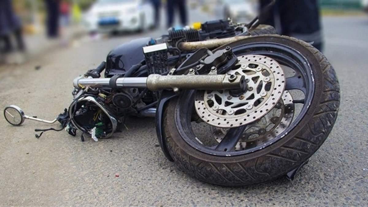 На Львовщине 17-летний мотоциклист сбил сверстника и влетел в другой мотоцикл