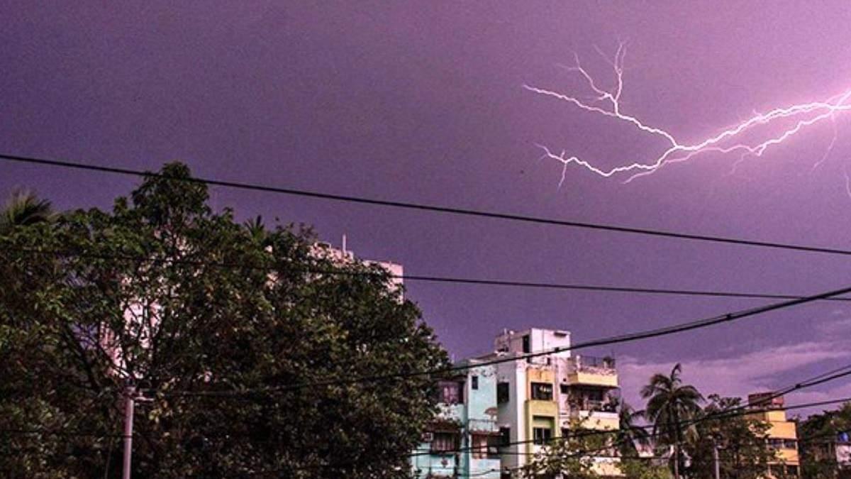 Під час шторму в Індії від ударів блискавки загинули 27 осіб: фото
