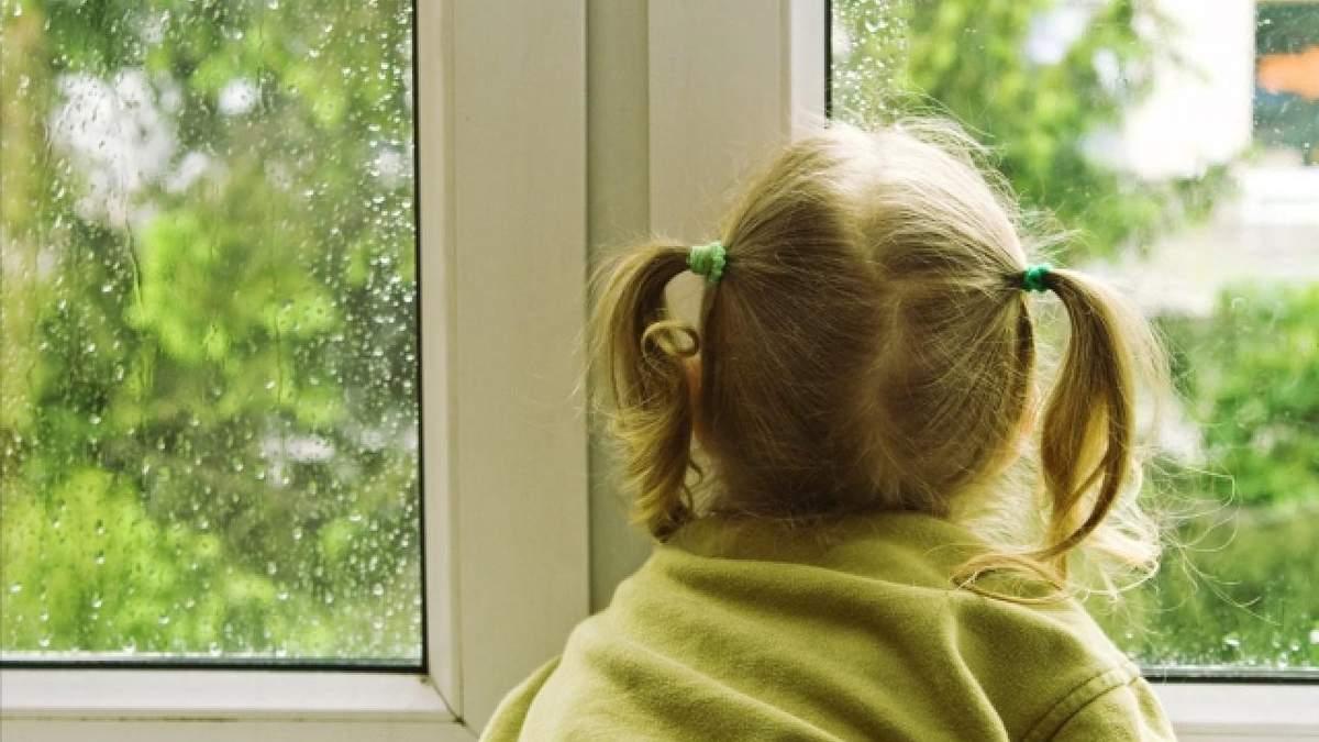 У Дніпрі дитина випала з балкона 6 поверху: який стан дитини