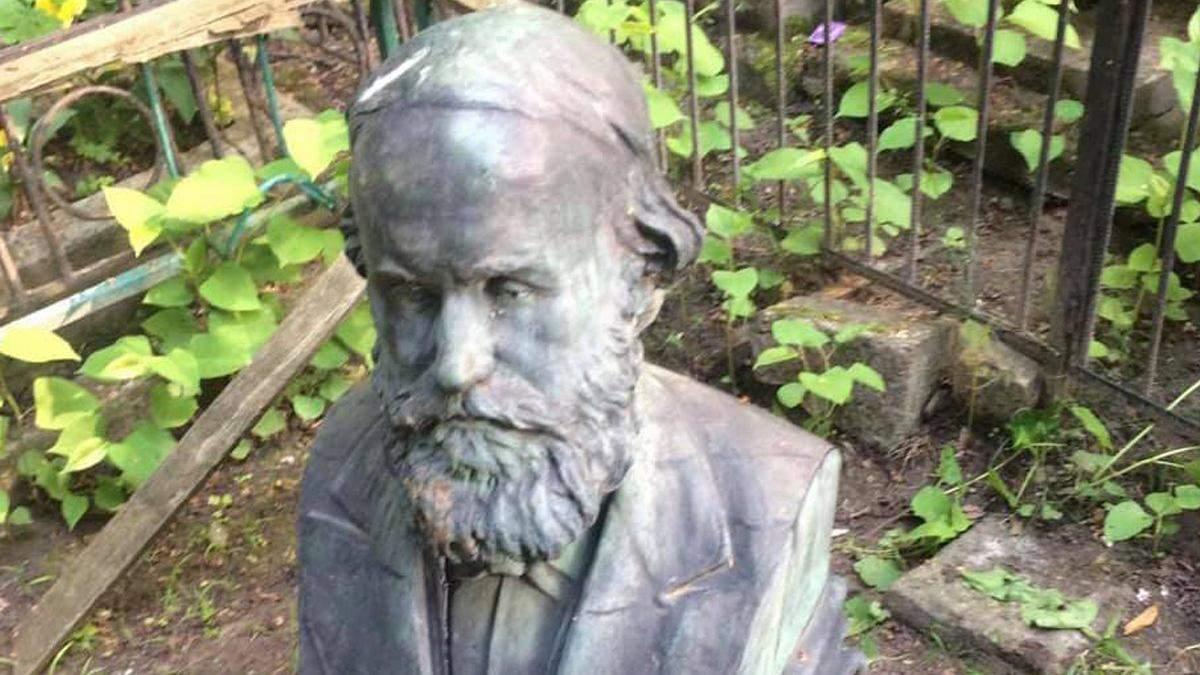 У Києві намагались вкрасти бюст вченого з Байкового кладовища