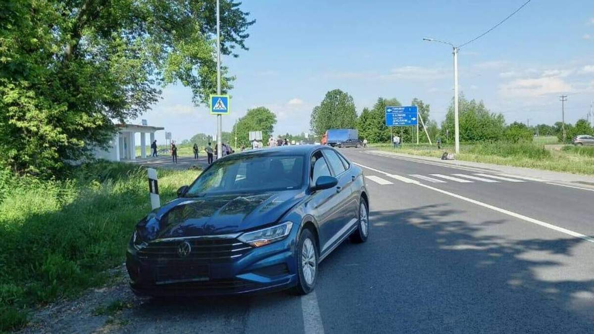 На Львівщині водій Volkswagen на смерть збив військового: фото