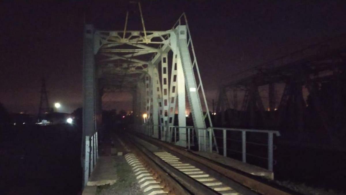 У Харкові 13-річна дівчина загинула на мості: вдарило струмом