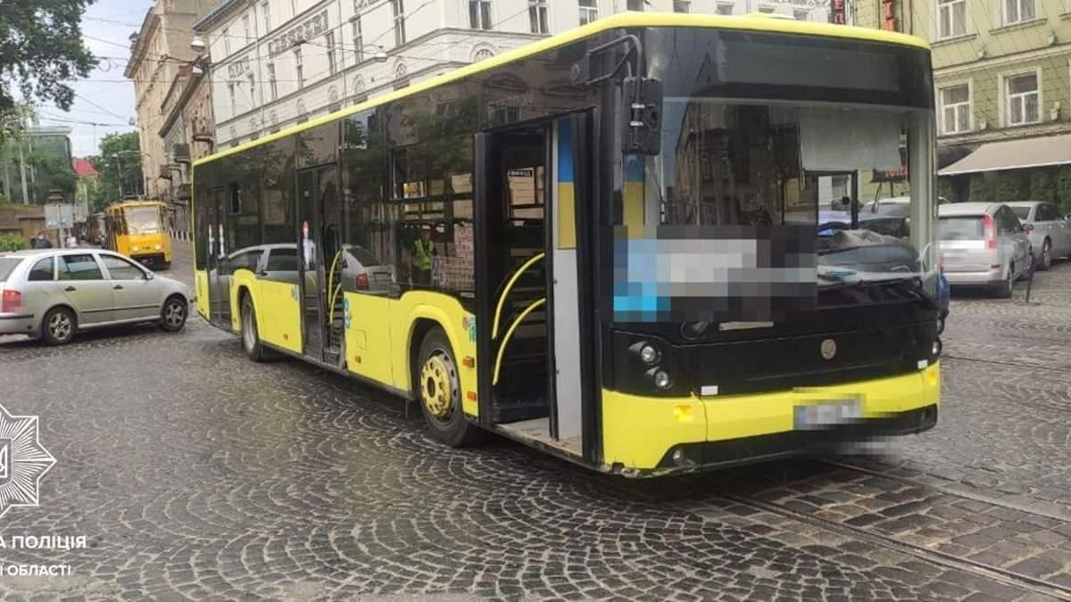 В центре Львова водитель внедорожника разбил маршрутку и убежал на дачу: фото