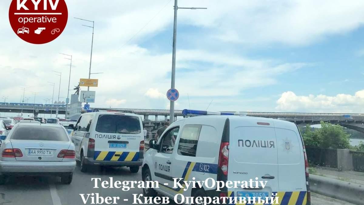 В Киеве на мосту Метро искали взрывчатку: чем все закончилось