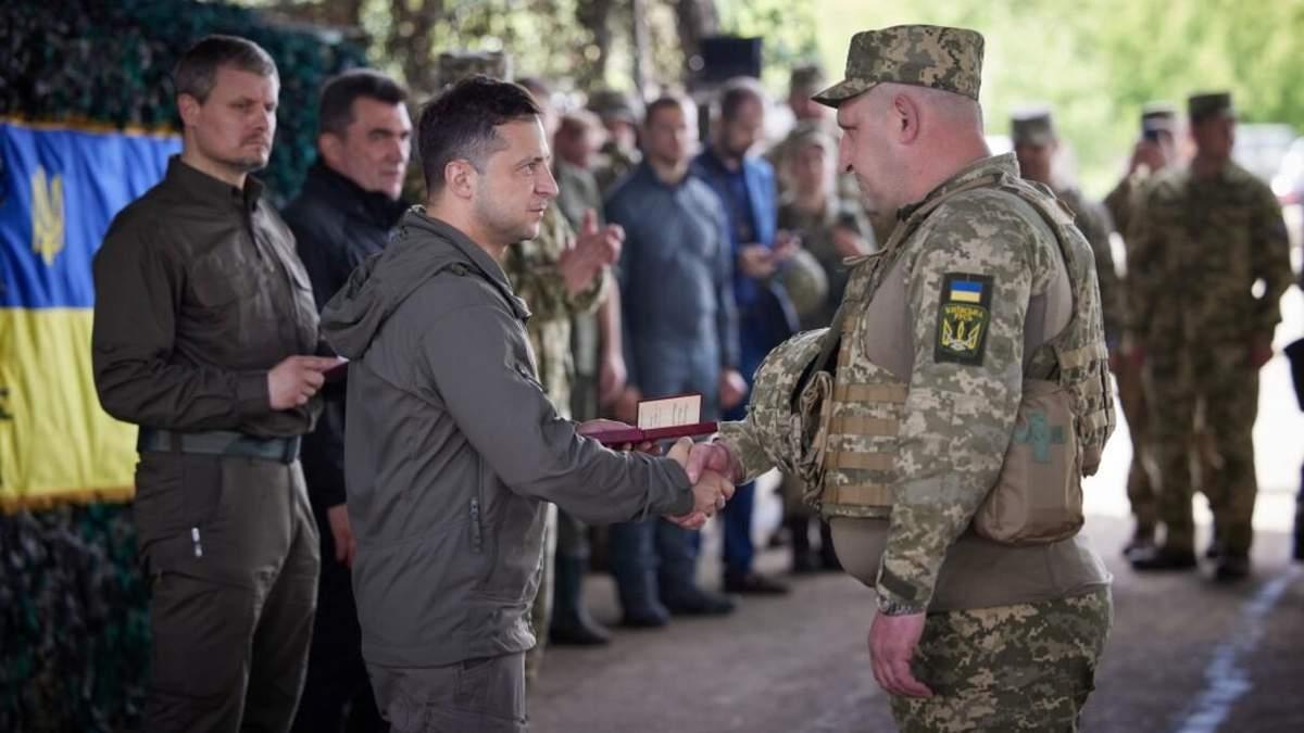 Зеленський відвідав передову і нагородив бійців: фото