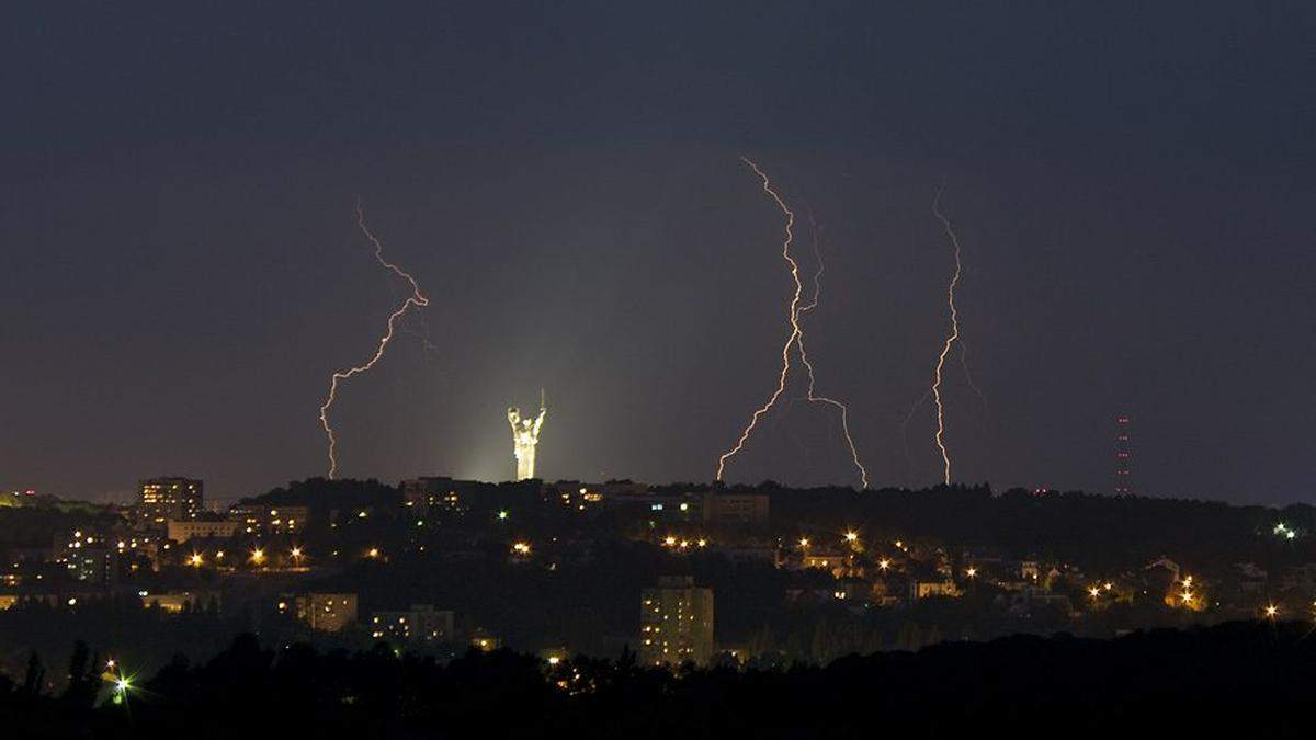 Киевлян предупредили об опасности из-за грозы и града