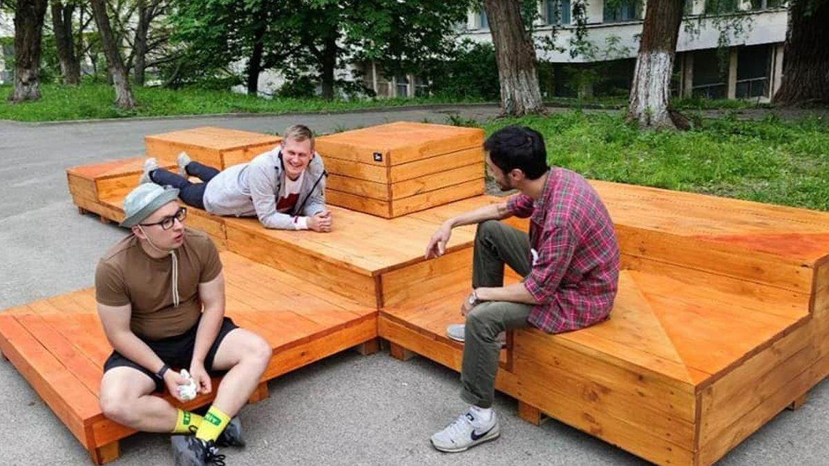У Києві зникла лавочка біля КПІ: в університеті нічого не знають