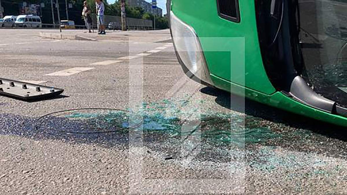 В Кривом Роге в ДТП перевернулась маршрутка: фото