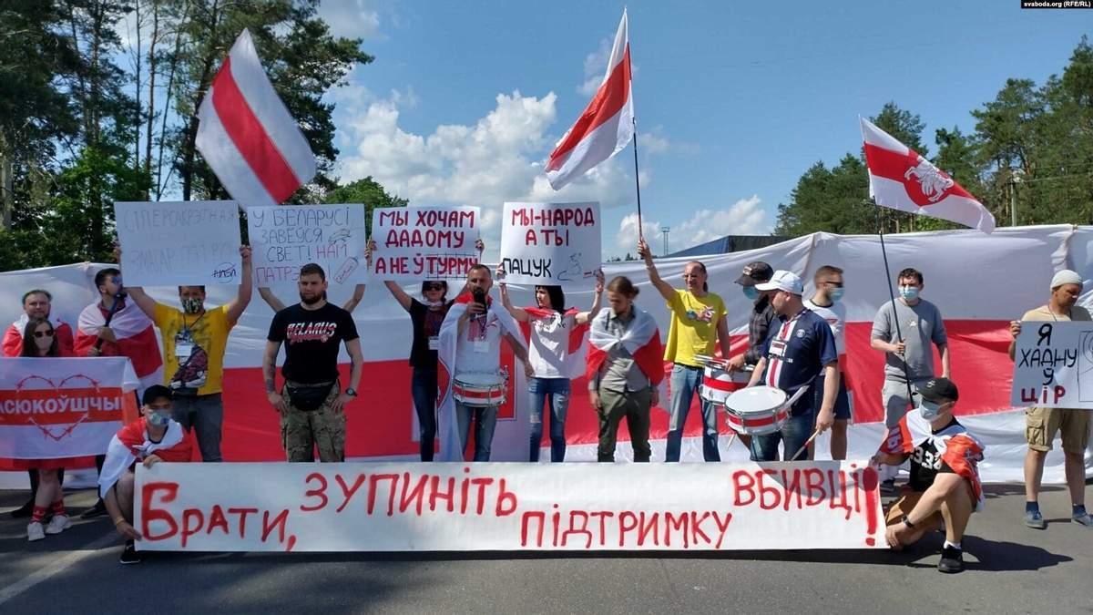 Білоруси перекрили рух на кордоні з Україною