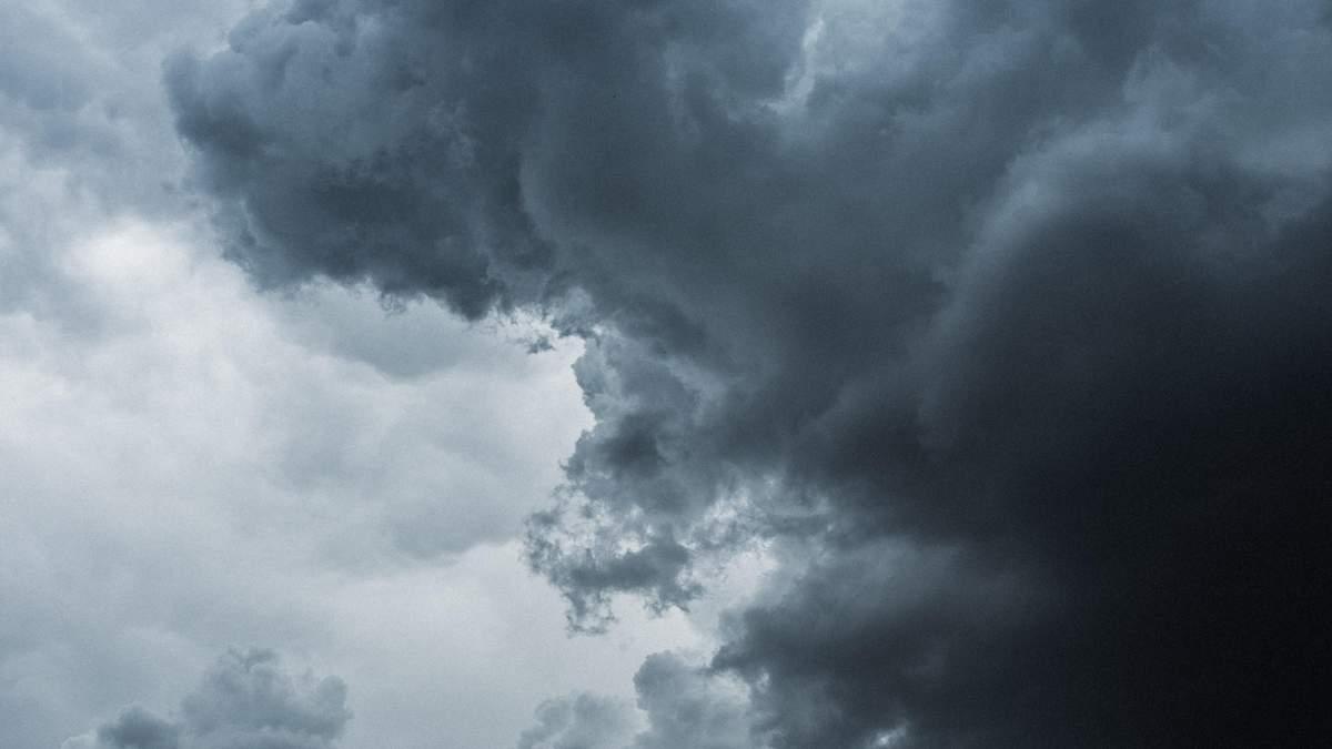 Затоплены улицы и обвал набережной: непогода в Украине не утихает