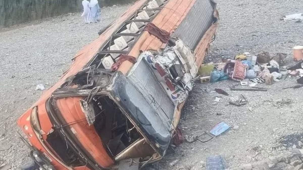 У Пакистані перекинувся автобус з паломниками: є загиблі та поранені
