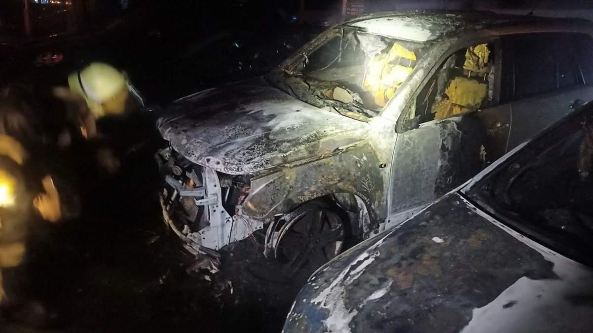 У Харкові згоріли позашляховик і легковик: фото