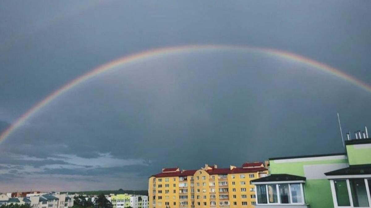 На Львівщині погода вражала подвійною веселкою: відео