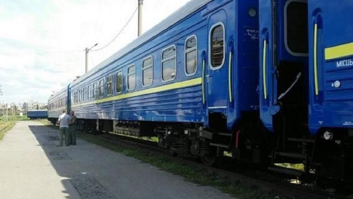 В поезде Рахов - Киев мужчина упал с верхней полки и умер