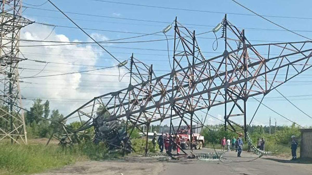У Києві 12.06.2021 вантажівка влетіла в високовольтну металеву опору