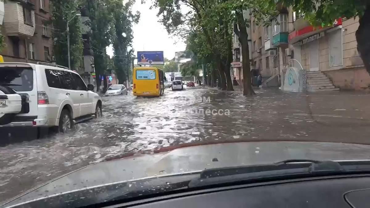 Вулиці Одеси перетворились на річки: шокуюче відео наслідків негоди