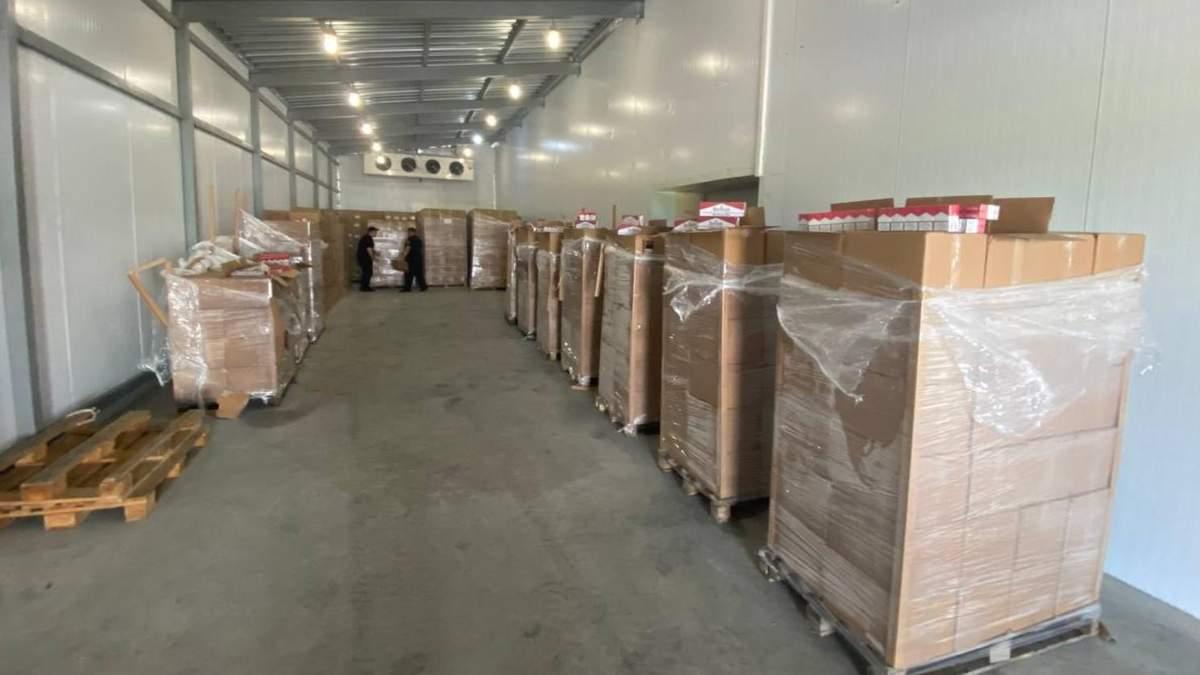 У вантажівці з вишнями: прикордонники натрапили на сотні ящиків контрабандних сигарет