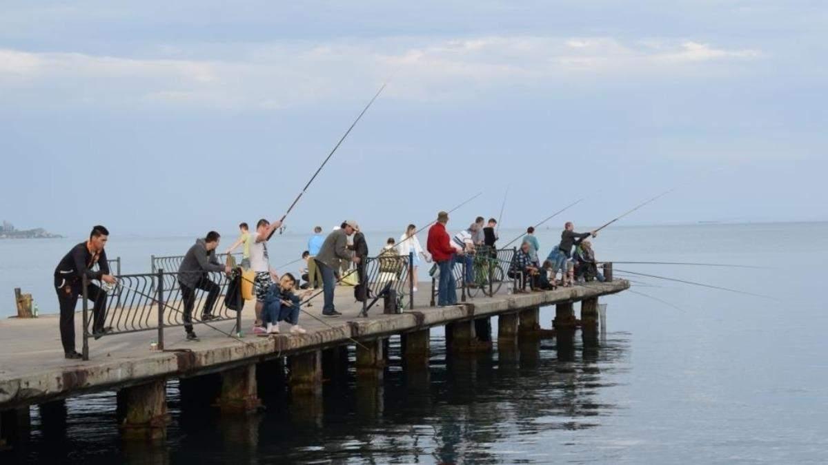 Дістав пістолета: в Криму працівник ФСБ погрожував рибалкам – відео