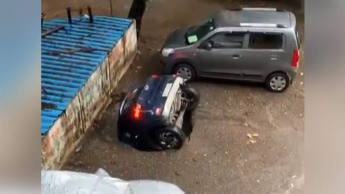 В Индии после многодневной ливни машины уходят под землю: видео