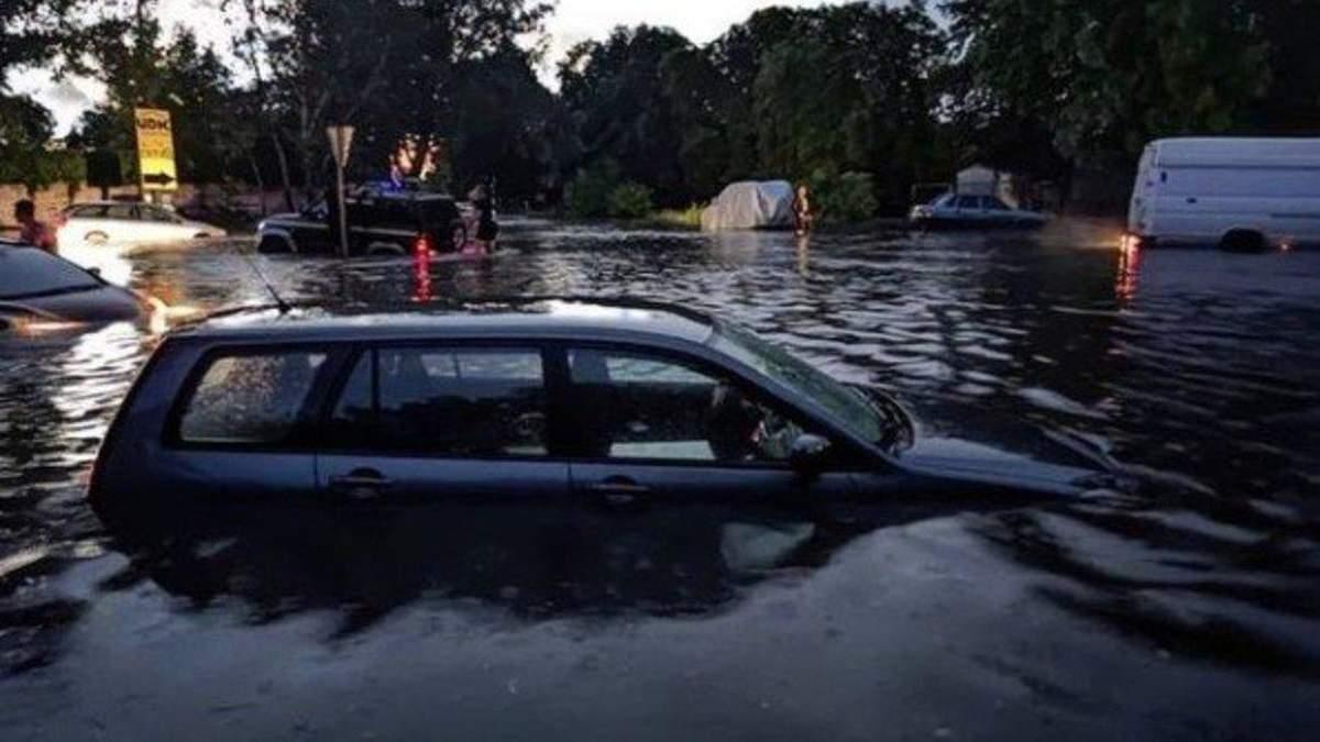 В Запорожье непогода 13 июня: машины затопило, движение остановилось