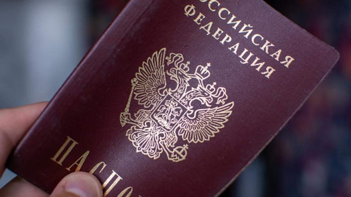 Оккупанты возят жителей ОРДЛО в России за паспортами спецрейсами