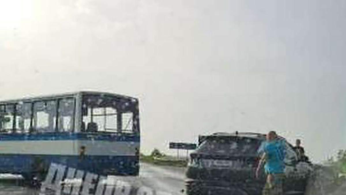 У Дніпрі сталась потрійна ДТП з маршруткою: є потерпілі – відео