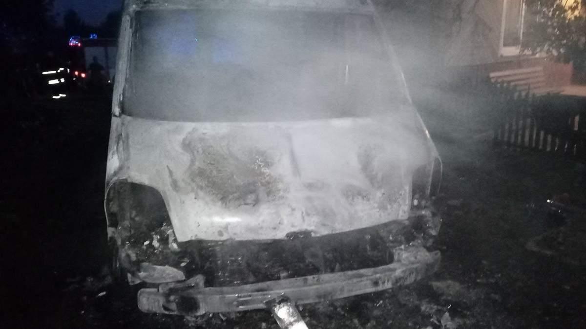 Остался только кузов: на Львовщине дотла сгорел микроавтобус - фото
