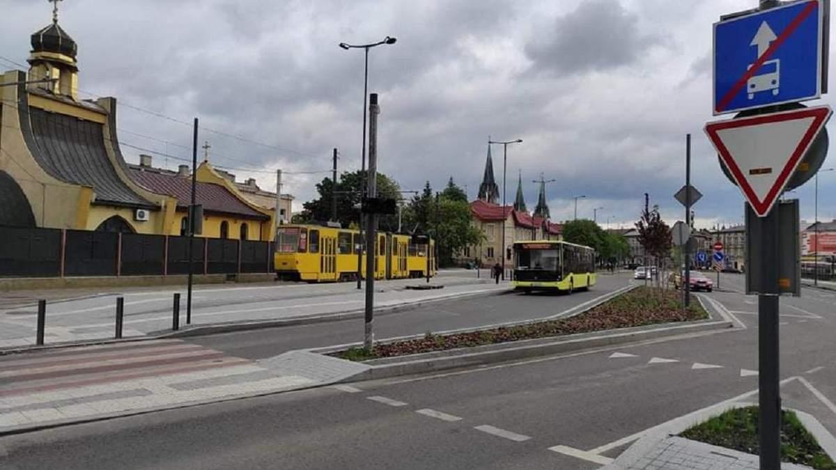Біля Головного залізничного вокзалу Львова встановлюють розумні світлофори: фото