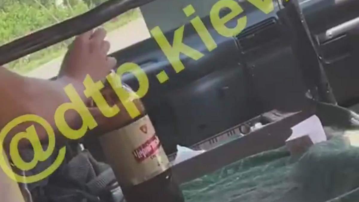 У Києві зняли на відео маршрутника, який п'є пиво за кермом