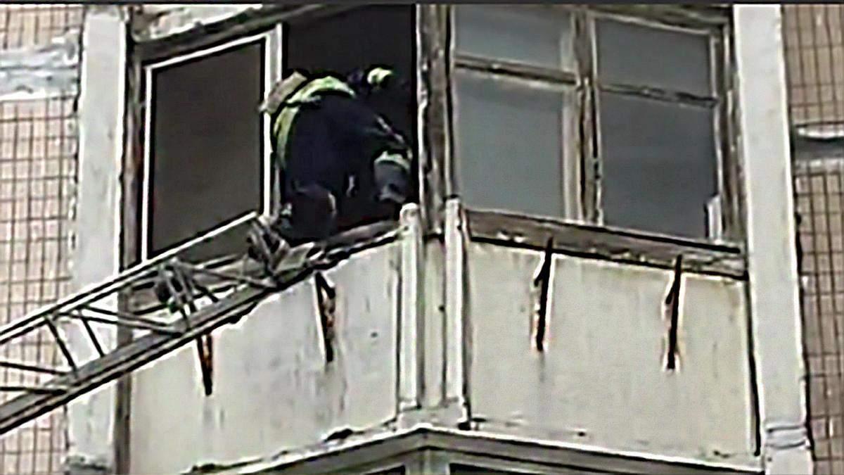 В Одесі дідусь хотів трибнути з балкона: відео порятунку