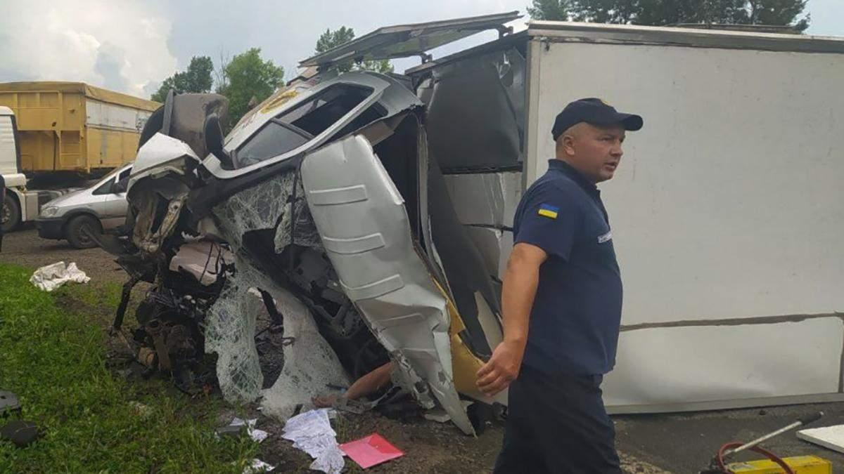 На Харківщині зіткнулись бензовоз і вантажівка: фото, відео аварії
