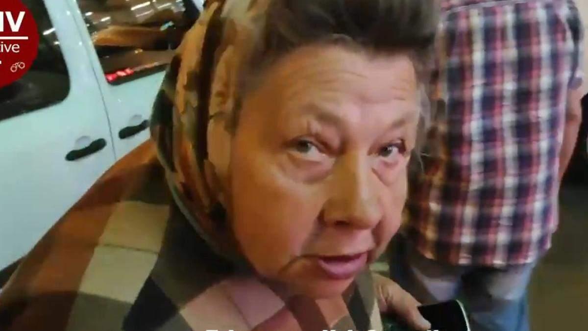 В Киеве бабушка просит деньги, а потом на такси едет домой с покупками