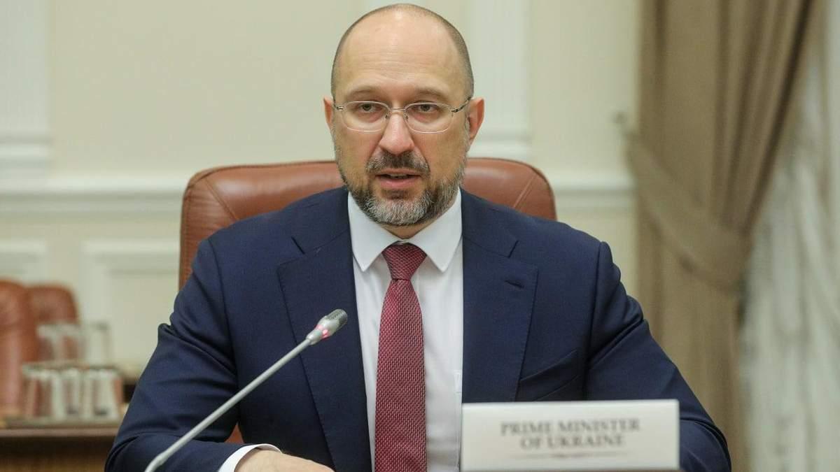 Шмыгаль просит Киев не отменять вакцинацию в МВЦ из-за праздников