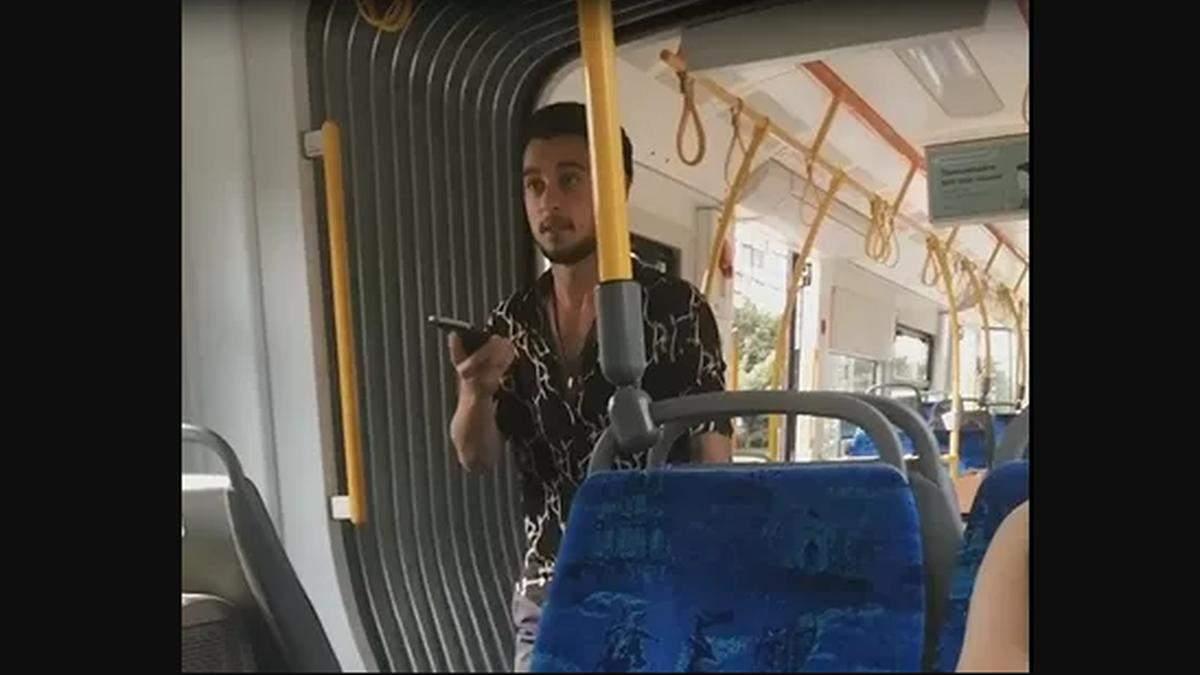 В Киеве иностранца высадили из трамвая из-за ящика с клубникой