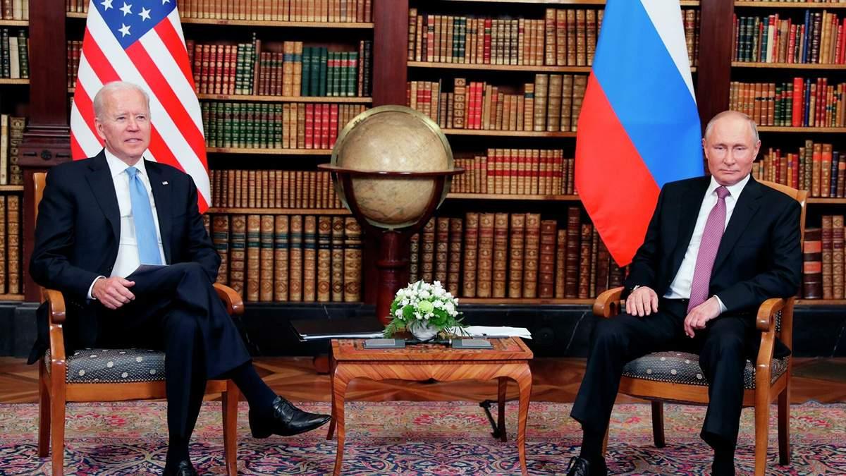 Очки и письменный набор: какими подарками обменялись Байден и Путин