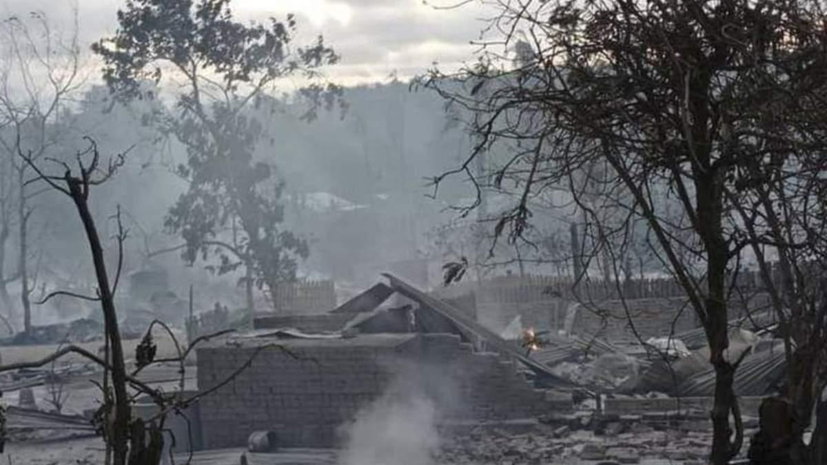 Вціліли 10 будинків: військова хунта у М'янмі спалила ціле село