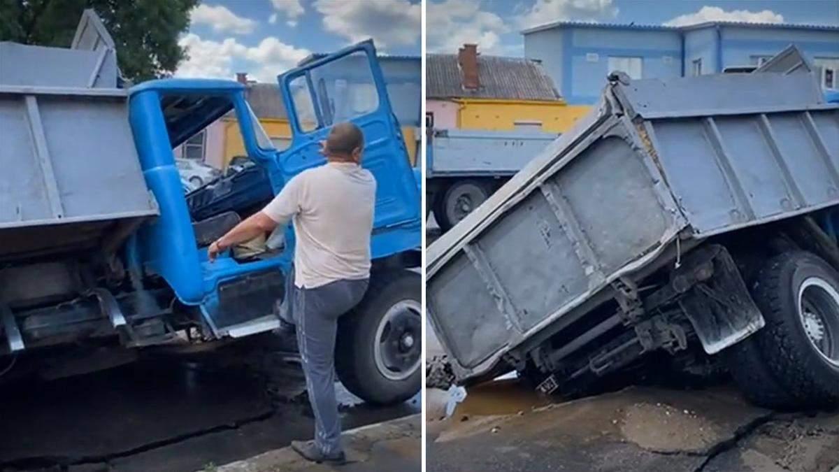 В Хмельницком грузовик провалился под асфальт: видео