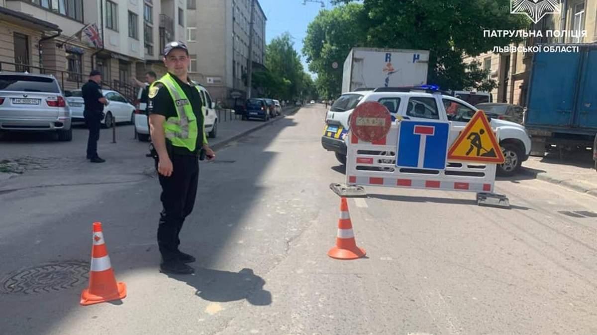 У Львові на вулиці Героїв УПА утворилось провалля: дорогу перекрили