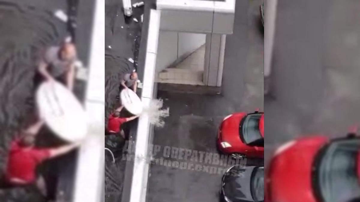 В Днепре воду с крыши черпали спутниковой тарелкой: видео