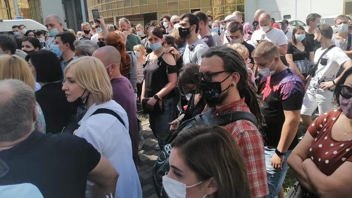 В Киевском МВЦ тысячи людей часами стояли в очереди на прививку