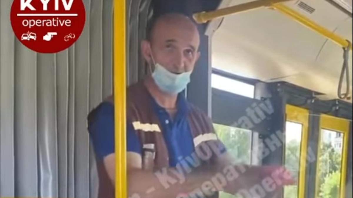 Кондуктор автобусу у Києві показує фокуси та розповідає вірші