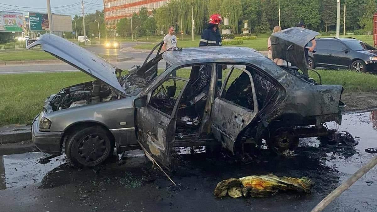 У Львові посеред дороги вщент згорів Mercedes: водій отримав важкі опіки – фото